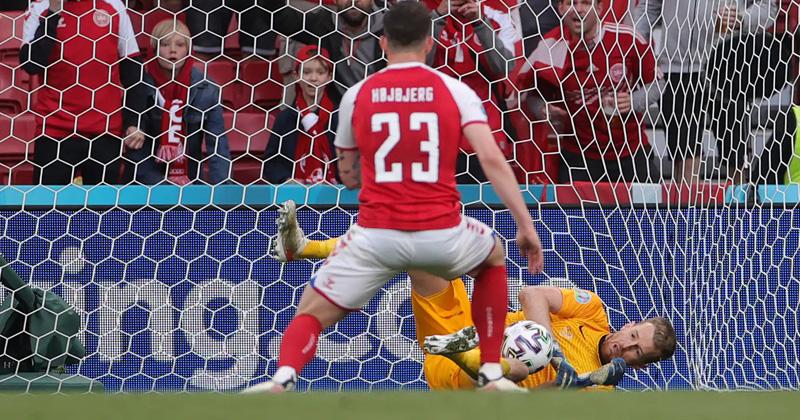 Huuhkajien maalivahti Lukas Hradecky torjui Pierre-Emile Højbjergin rankkarin.